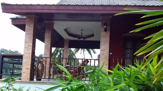 Laem Sila Resort: top balcony with rocking chair with oceanview and dinning table to enjoy the breeze