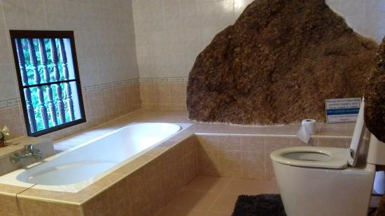 Laem Sila Resort: bathroom with the big natural rock ..so cool
