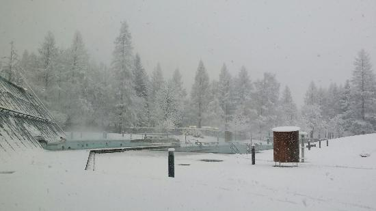Alpentherme Gastein : April 15 on a very snowy day...yes, swimming outside in the snow!!
