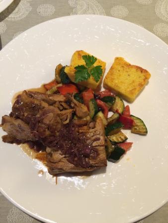 Gasthof Roessle: Geschmorte Lammkeule mit mediterranem Gemüse und Polenta