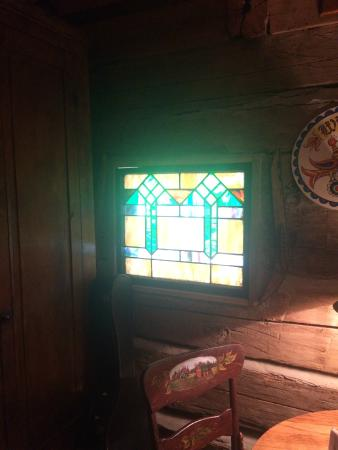 Pecan Grove Bed and Breakfast : Lovely Stained Glass Window in our Cabin