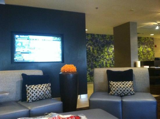 Courtyard Boulder Louisville : Lobby - touch screen tv