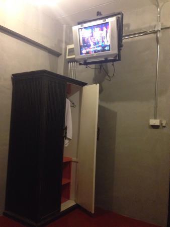 B2 Nimman: ทีวี กับตู้เสื้อผ้า