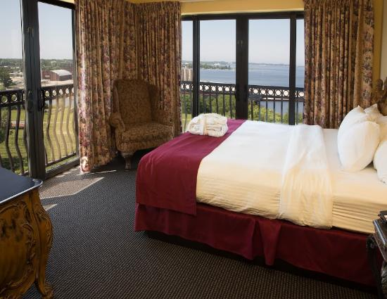 Shoreline Inn & Conference Center, an Ascend Hotel Collection Member: Our Corner King Room's have great views of Muskegon!