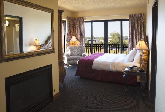 Shoreline Inn & Conference Center, an Ascend Hotel Collection Member: Deluxe Corner King Room