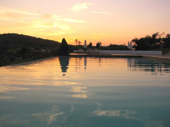 Horta da Moura - Hotel Rural : Pôr do sol na nossa piscina / Sunset at Horta da Moura's pool