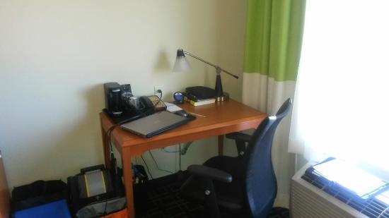 Fairfield Inn & Suites Tulsa Southeast/Crossroads Village : Tiny desk