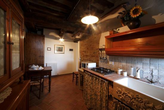 Appartamento Livia, cucina arredata in stile arte povera ...