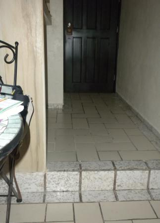 Hotel Bucaneros : Step down from entry area of room # 102