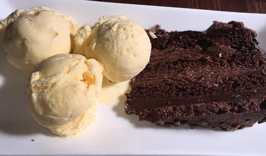 Maltsters Pub & Restaurant: Chocolate Riot Cake and Clotted Cream Ice Cream