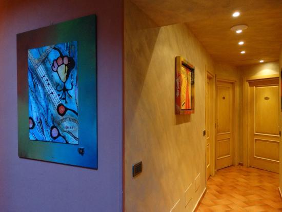 Borgovico Hotel: quadri musicali nei corridoi