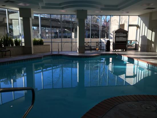 Embassy Suites by Hilton Walnut Creek: Swimming pool inside with hot tub.