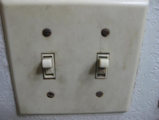 Super 8 Clearwater/St. Petersburg Airport: Bathroom light switch plate