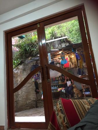 Hostal Las Rocas: Puerta de entrada con jale con jota
