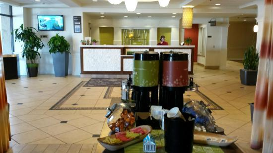 Hilton Garden Inn Boston/Waltham: Coffee, tea and hot chocolate available throughout the day.
