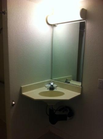 موتل 6 توين فولز: Bathroom sink
