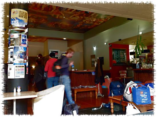 Tuatara Lodge: Lobby and Cafe