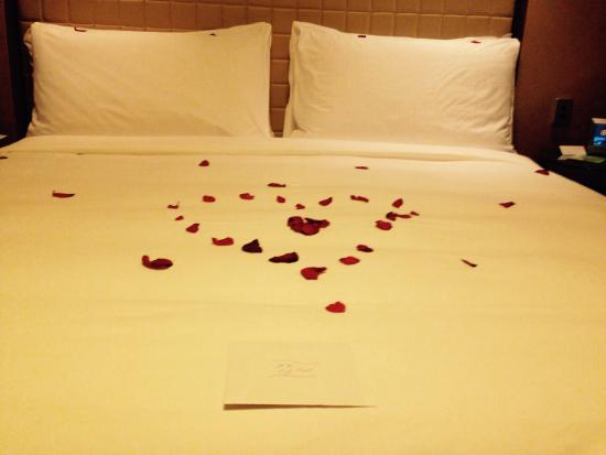 Four Seasons Hotel Sydney: Anniversary rose petals! Loved the royal treatment! Thank you so much for a magical night, Four