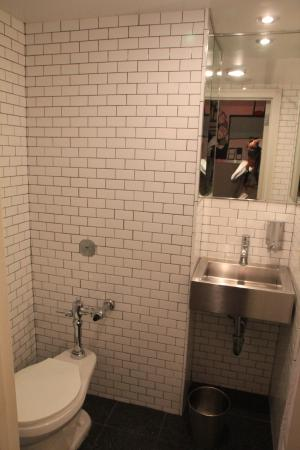 Shared bathroom picture of pod 51 hotel new york city for Y hotel shared bathroom