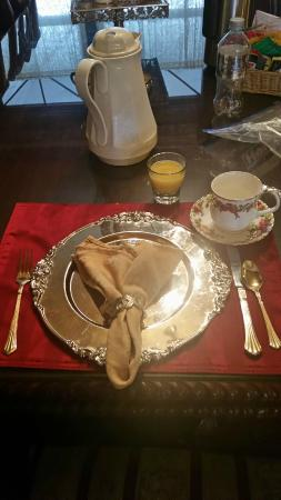 Marianna Stoltz House Bed and Breakfast: Napkin on silver charger