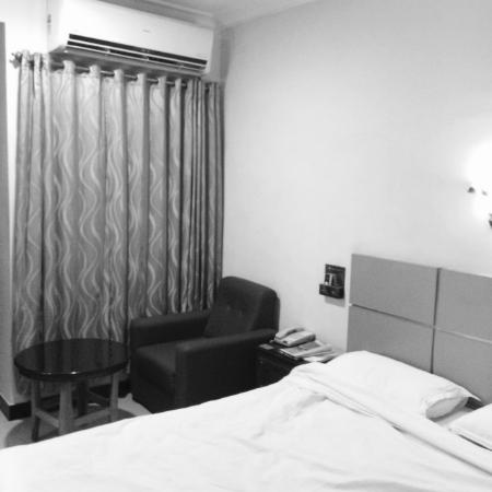 Ramyas Hotel: Double AC bed room