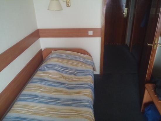 Hotel Sputnik: кровать