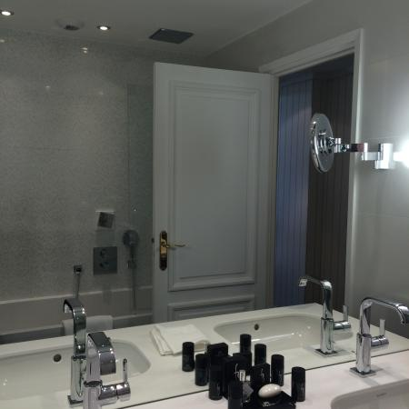 salle de bain picture of hotel barriere le majestic cannes cannes tripadvisor. Black Bedroom Furniture Sets. Home Design Ideas
