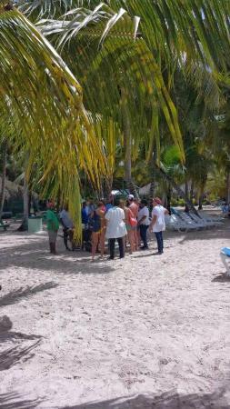 Parque Nacional del Este, Dominican Republic: strand op Isla Soana .In de verte de eetgelegenheid
