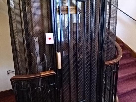 BEST WESTERN Le Grand Hotel : 手動扉のエレベーター