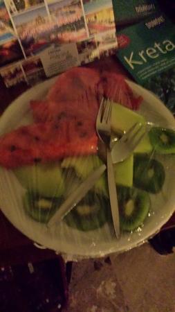 Odyssia Beach Hotel : Nasz kosz owoców który otrzymaliśmy w prezencie na podróż poślubną.