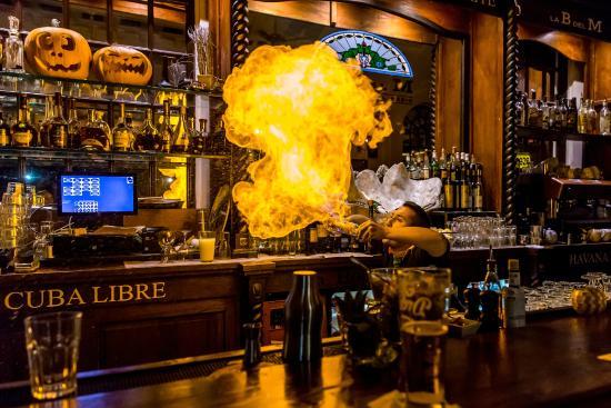 La Bodeguita del Medio: Bartender flair show
