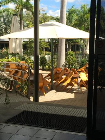 Capricorn Motel & Conference Centre: Pool side from bar area