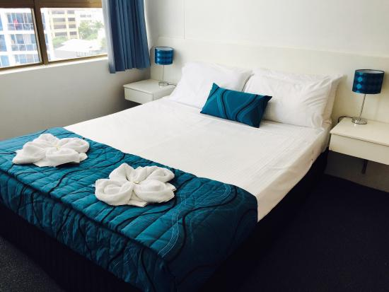 Promenade Apartments : Queen bedroom
