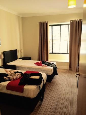 Destination Edinburgh York Place Apartments : Bedroom with two beds and a double bed (4 persons)