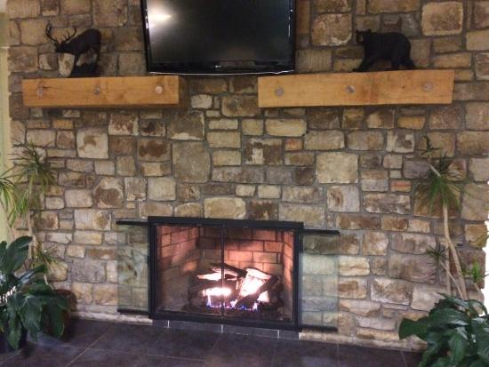 Holiday Inn Express Blowing Rock South : 2 sided fireplace in lobby ��
