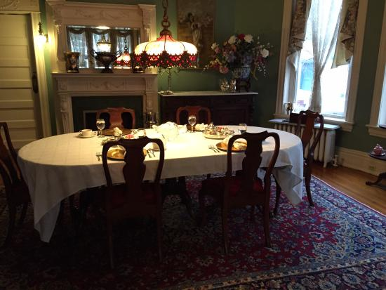Grace Manor Inn: Setup for Breakfast