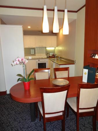 CityLife Wellington: Kitchen and dining table