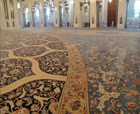 Risultati immagini per Sultan Qaboos Grand Mosque tappeto