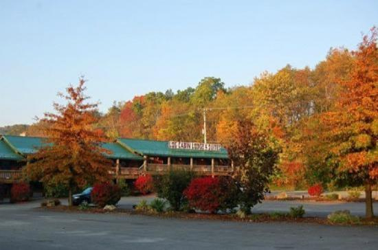 Log Cabin Lodge and Suites: Property Front