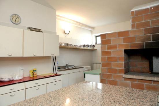 cucina con forno a legna - Picture of B&B Relax, Castellana Grotte ...