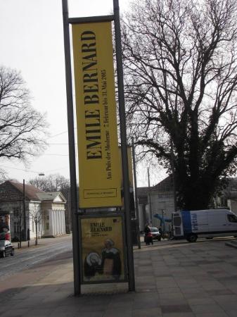 Kunsthalle Bremen: Flagge mit Bernard Werbung vor Bremer Kunsthalle
