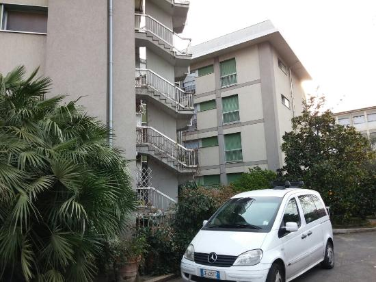Hotel Ghironi: Parcheggio ed esterno
