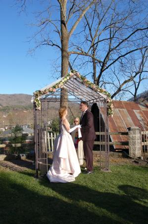 Prospect Hill Bed & Breakfast Inn: Early spring garden wedding with spectacular views