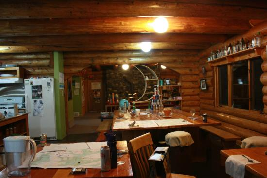 HI-Nordegg, Shunda Creek Hostel: Dining area, common social area in background
