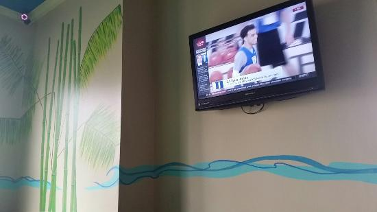 The Jerk Pit : Flat screen in one side of dining room