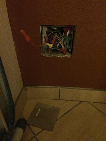Red Roof Inn Somerset : Open electrical box