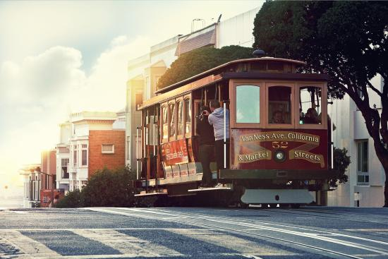 San Francisco, Kalifornien: Let the cable car, a National Historic Landmark, take you through several distinct neighborhoods