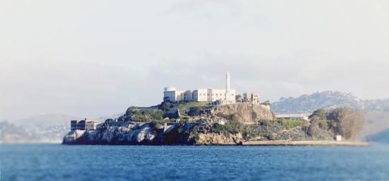 ซานฟรานซิสโก, แคลิฟอร์เนีย: A mile and a half from Fisherman's Wharf, Alcatraz was the site of the first lighthouse built on