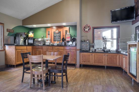 AmericInn Lodge & Suites Hutchinson: Breakfast Area