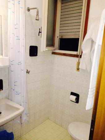 Hotel La Fenice & Siesta: Geschäft erledigen und Duschen in einem. Inkl. einer Überschwemmung des ganzen Badezimmers...